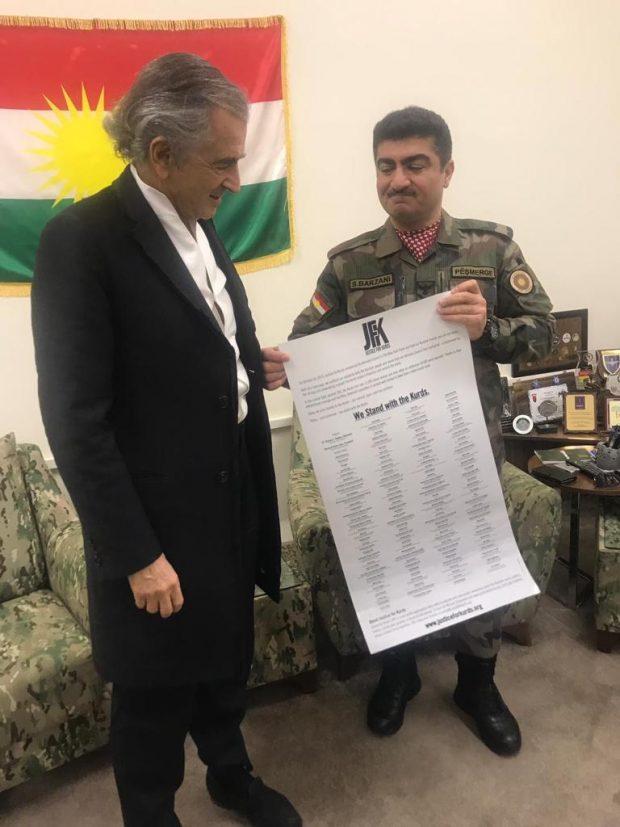 Près d'Erbil, le général Sirwan Barzani Barzani découvre la liste des soutiens du comité Justice for Kurds. Une photo inédite de Gilles Hertzog.