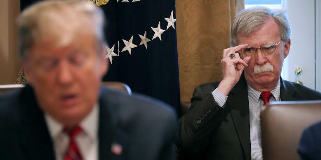 John Bolton, le cador de la diplomatie des Républicains, observe le président américain Donald Trump.