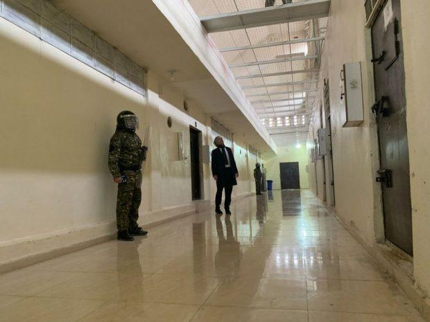 Dans les quartiers de haute sécurité de la prison, les soldats du Kurdistan syrien, chargés de surveiller les milliers de prisonniers capturés en 2017 et 2018 - et de contenir les assauts kurdes.