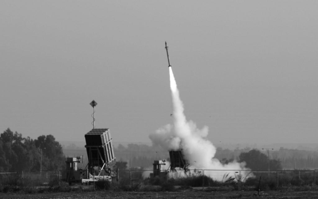 Un missile israélien lancé à partir du système de missiles de défense Iron Dome, conçu pour intercepter et détruire les roquettes à courte portée et les obus d'artillerie, est photographié dans la ville de Sderot, dans le sud d'Israël, le 12 novembre 2019. Des sirènes de raid aérien ont sonné dans le sud d'Israël, au sein des villes proches de la frontière avec la bande de Gaza. Depuis le meurtre ciblé par Israël du commandant du Jihad islamique, Baha Abu al-Ata, le 12 novembre au matin, au moins 220 roquettes ont été tirées sur Israël depuis Gaza sans faire de morts, a indiqué l'armée. Les défenses aériennes israéliennes auraient intercepté 90% des roquettes. (Photo par MENAHEM KAHANA / AFP)