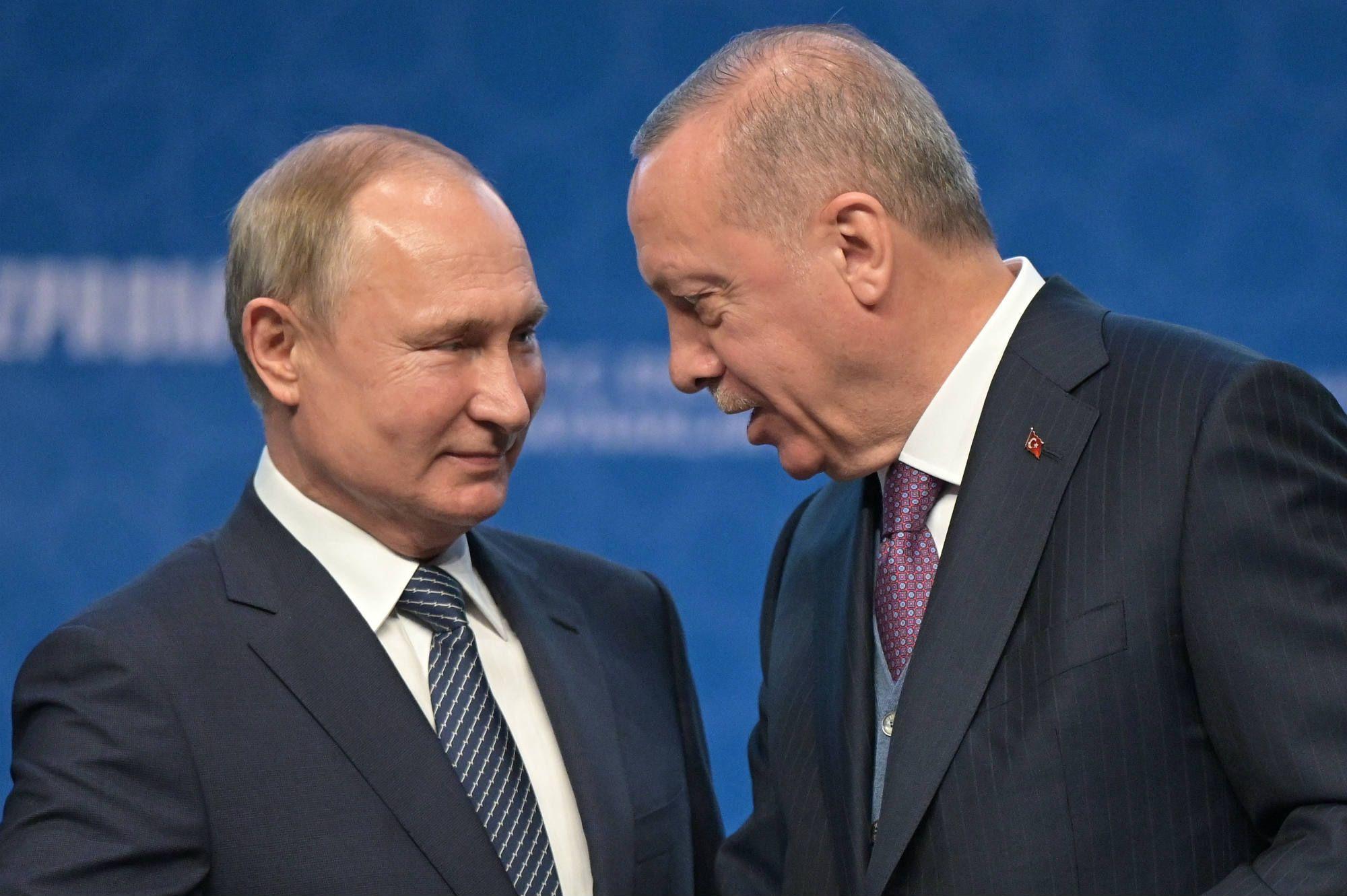 Le président russe Vladimir Poutine et le président turc Recep Erdogan affichent une grande complicité lors de la cérémonie pour l'inauguration du Turkish Stream à Istanbul le 8 janvier 2020.