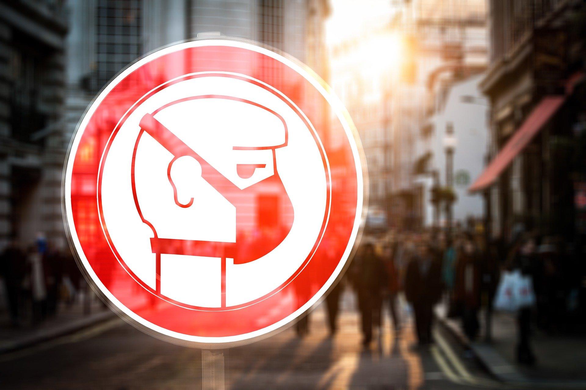 Une enseigne chinoise, affiche un avertissement exigeant le port du masque de protection contre le Coronavirus.