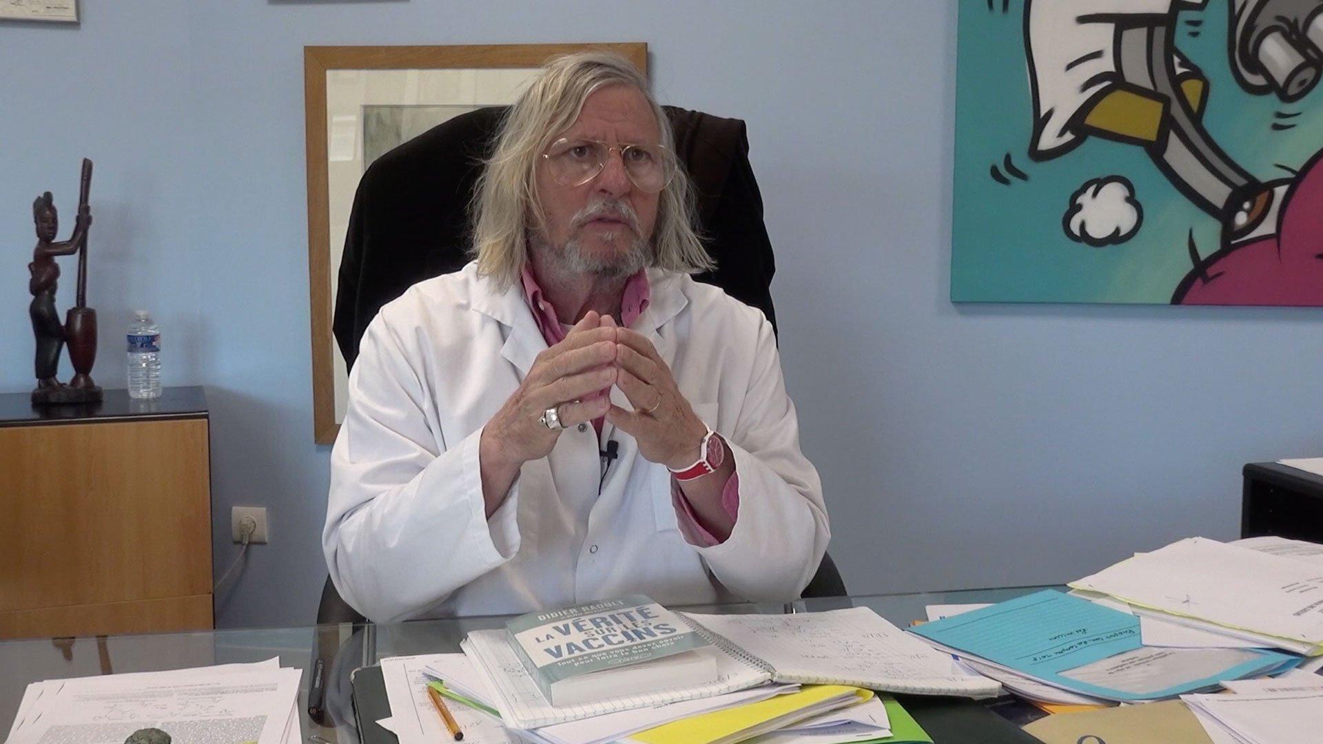 Portrait du médecin Didier Raoult, dans son cabinet.