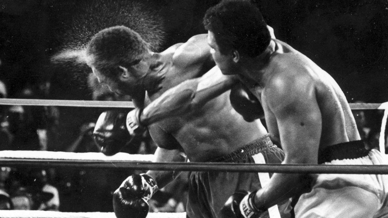 Mohamed Ali affronte le champion George Foreman dans un combat de boxe en 1974.