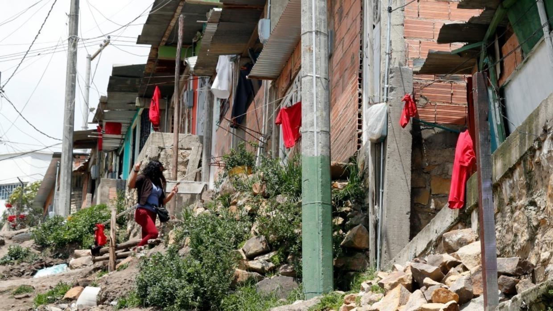 Plusieurs maisons de la ville colombienne de Soacha arborent un chiffon rouge sur leurs fenêtres en guise d'appel au secours.
