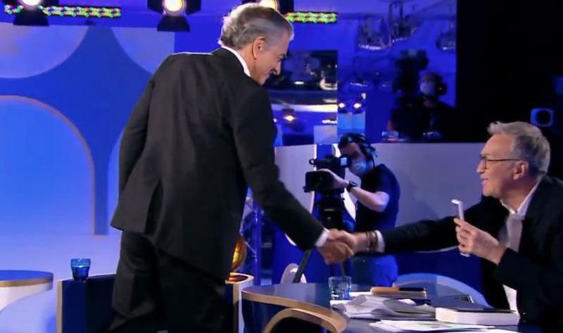 """Poignée de main de Bernard-Henri Lévy et Laurent Ruquier lors de l'émission """"On n'est pas couché"""", sur France 2, le samedi 20 juin 2020."""