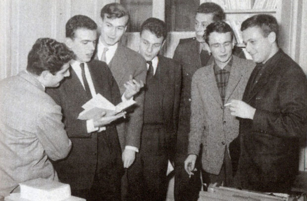 De gauche à droite (début 1260) : Jean-Loup Dabadie, Jean-Edern Hallier, Jean René Huguenin, Renaud Matignon, Jacques Coudol, Jean Thibaudeau, Philippe Sollers (photo archives Seuil).