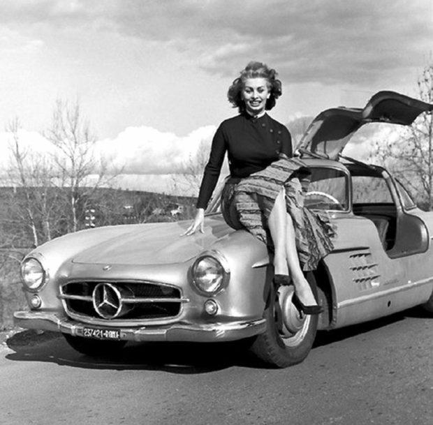 L'actrice Sophia Loren est assise sur une Mercedes sl 300 gullwing.