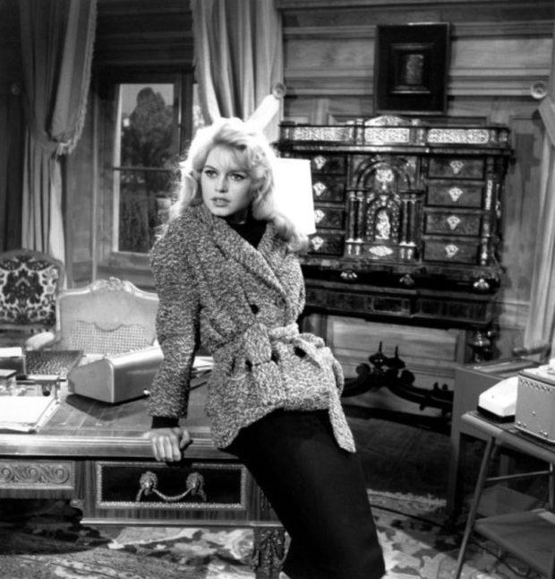 Brigitte Bardot dans l'adaptation du roman de Georges Simenon, par Pierre Bost et Jean Aurenche, les deux grands scénaristes de l'après deuxième guerre mondiale : «En cas de malheur».