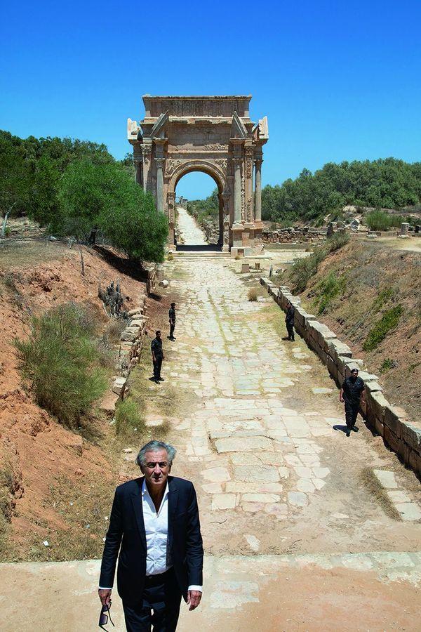 A Leptis Magna, Al Khoms de son nom arabe, devant l'arc de Septime Sévère, où se croisent, écrit BHL, l'Occident et l'Orient. Photo : Marc Roussel