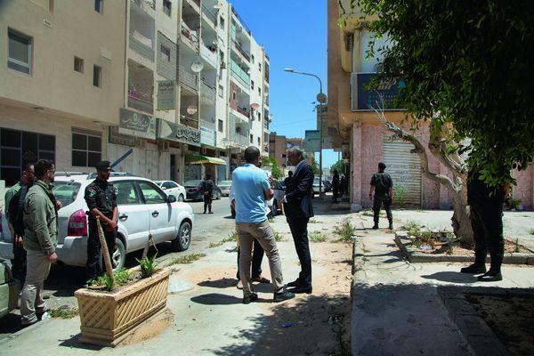 A Misrata, devant l'hôtel Taj. En bleu, le commandant d'une des brigades qui a libéré Syrte, occupée par Daech, en 2016. Photo. : Marc Roussel