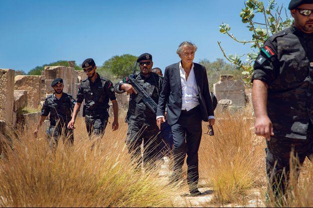 Le retour de BHL en Libye (Misrata, Leptis Magna, Tarhouna) 9 ans après la chute de Kadahafi. Ici, sur le site romain de Leptis Magna, escorté par les forces spéciales envoyées par le ministre de l'Intérieur, Fathi Bashagha, le 25 juillet. Photo : Marc Roussel
