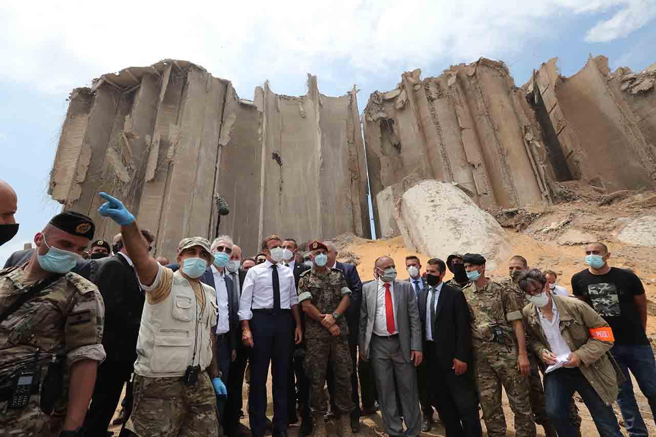 Emmanuel Macron dans le port de Beyrouth, jeudi 6 août.