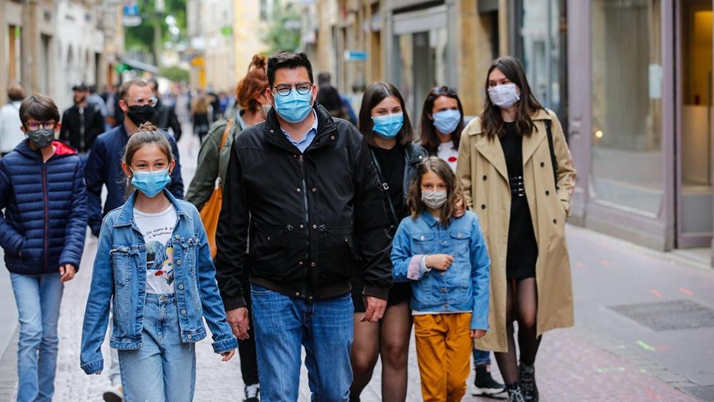 A Paris, le port du masque devient obligatoire dans les rues.