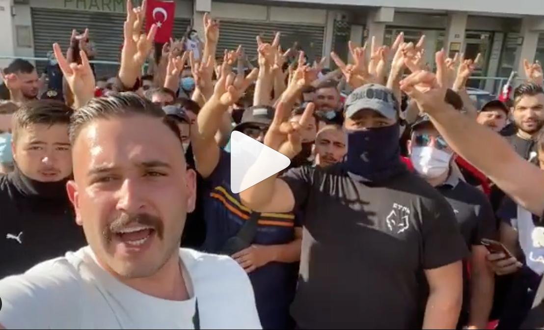 """Capture d'écran de la vidéo postée sur le compte Instagram de """"1francoturc"""" lors d'un raid des « Loups gris » à. l'occasion d'un rassemblement de soutien à l'Arménie."""