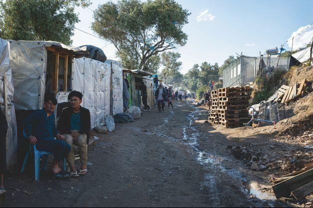 Camp de Moria. La rue commerçante... On y trouve de quoi survvire. S'y organise l'économie interne du camp, sans eau courante ni électricité. ©Marc Roussel et Gilles Hertzog.