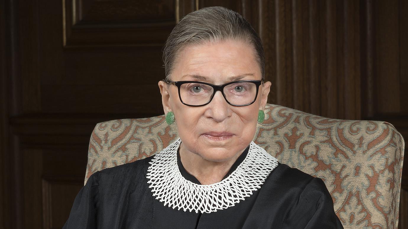 Portrait de Ruth Bader Ginsburg, ancienne juge à la Cour suprême américaine.