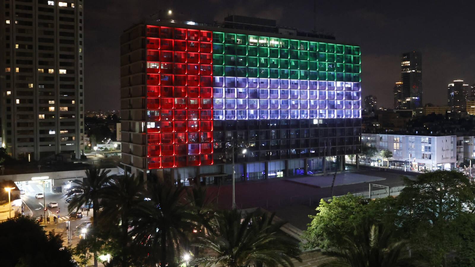 La mairie de Tel Aviv (Israël) est illuminée par les couleurs du drapeau des Emirats Arabes Unis.