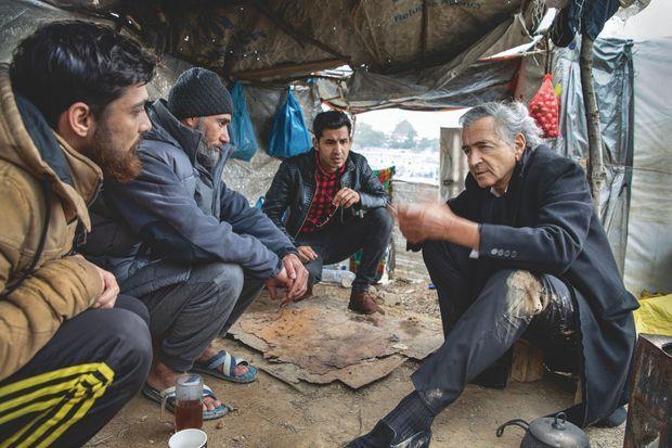 BHL avec des réfugiés syriens. © Marc Roussel et Gilles Hertzog