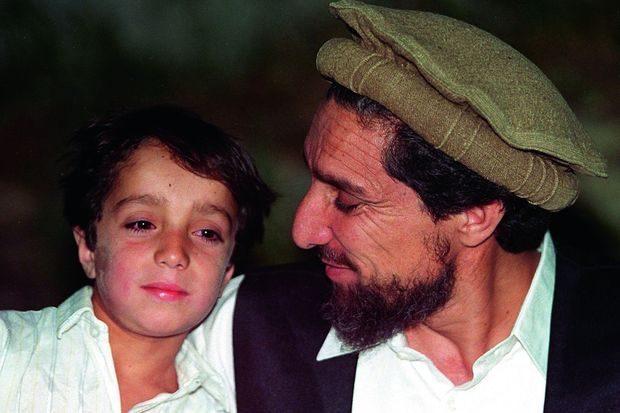 Le commandant Massoud, avec son fils unique, Ahmad. Il a 12 ans quand son père est assassiné.