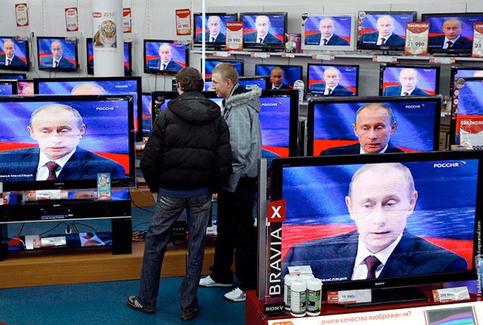 Des écrans de télévision affichent l'image de Vladimir Poutine.