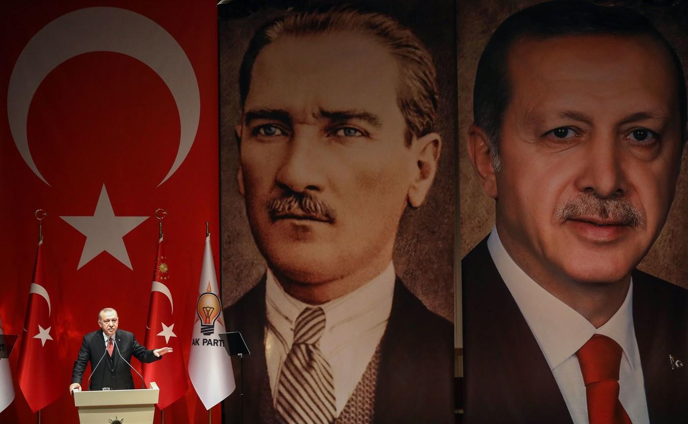 Le président turc Recep Tayyip Erdogan devant son portrait et celui de Mustafa Kemal Atatûrk, à Ankara le 29 janvier 2019. Photo : AFP.