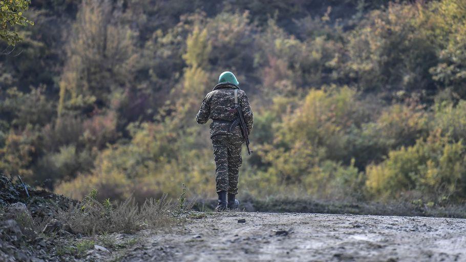 Un soldat arménien marche le long d'une route pendant les combats en cours dans le Haut-Karabakh,le 15 octobre 2020 Photo AFP.