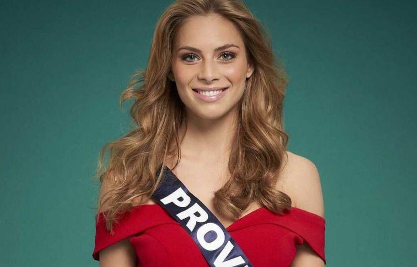 April Benayoum, miss Provence, lors de la séance de pose avec les candidates à l'élection de miss France 2021.