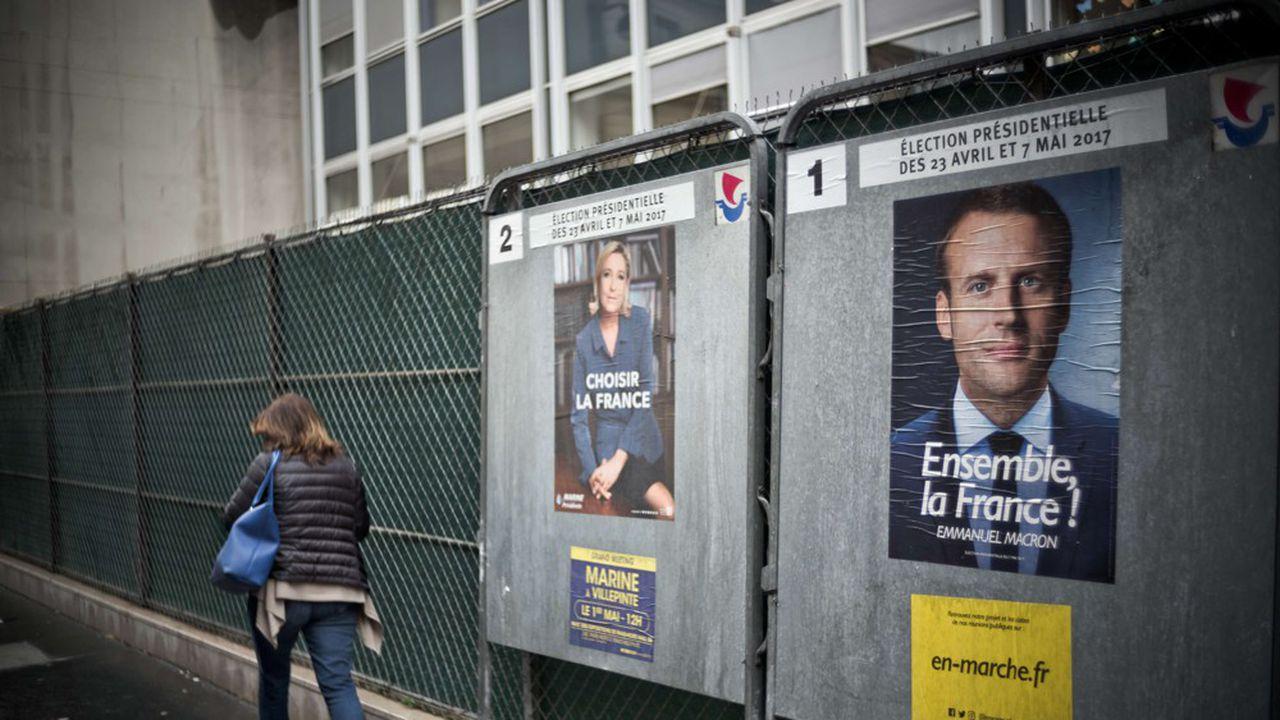 Lors du second tour des présidentielles de 2017, un panneau électoral expose les affiches de campagne de Marine Le Pen et d'Emmanuel Macron.
