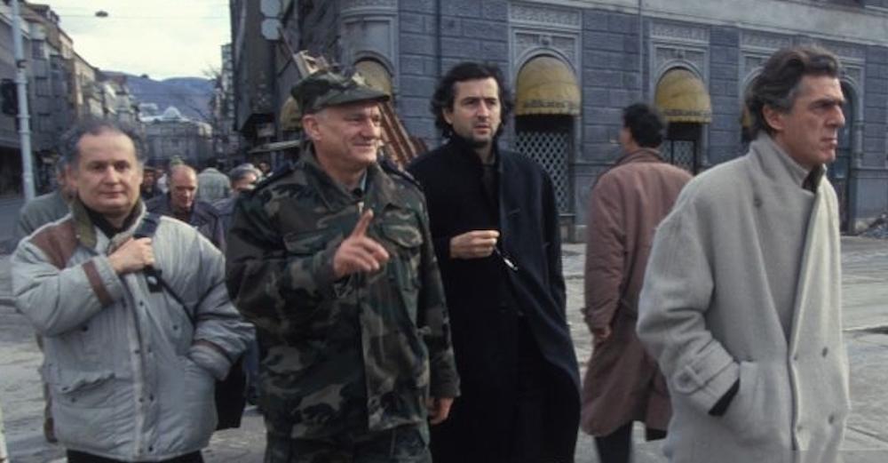Le réalisateur Alain Ferrari, le Général Jovan Divjak et Bernard-Henri Lévy sur le tournage de Bosna. En décembre 1993, à Sarajevo, Bosnie-Herzégovine.