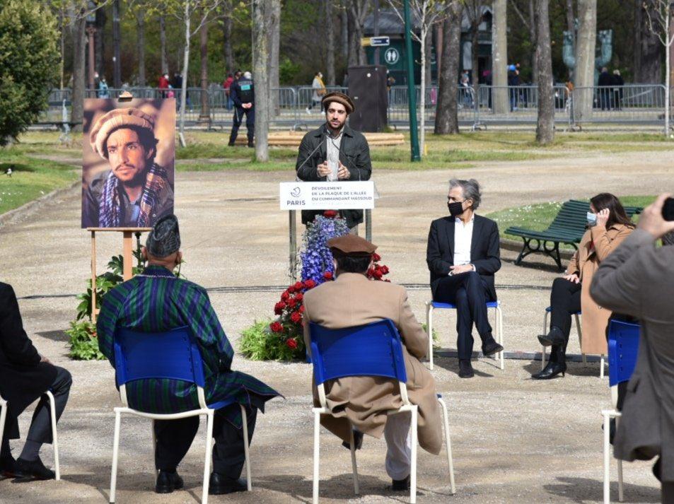 Le fils du commandant Massoud prend la parole lors de l'inauguration de l'allée portant le nom de son père, à Paris, en présence de la maire de Paris, Anne Hidalgo, et de Bernard-Henri Lévy, le 27 mars 2017.