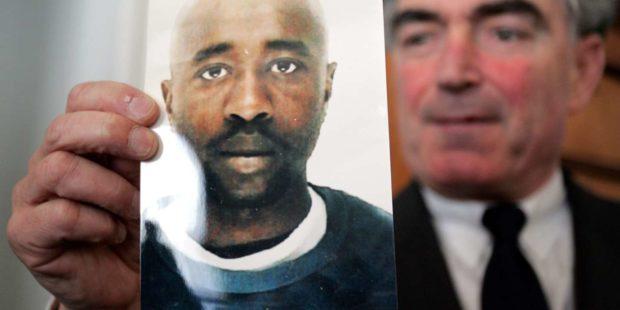 Le procureur de la République Jean-Claude Marin brandit le portrait de Fofana lors d'une conférence de presse le 17 février 2006.