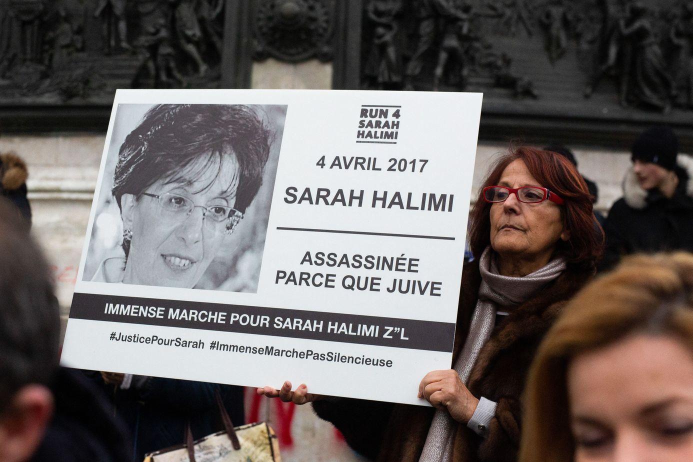 Une femme brandit une pancarte en hommage à Sarah Halimi.