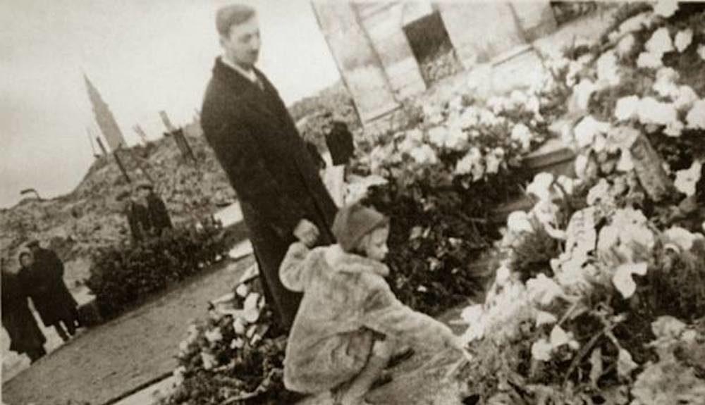 Marek Edelman, activiste juif polonais et cardiologue, l'un des dirigeants du soulèvement du ghetto de Varsovie, dépose des fleurs sur les ruines du ghetto de Varsovie en 1945.