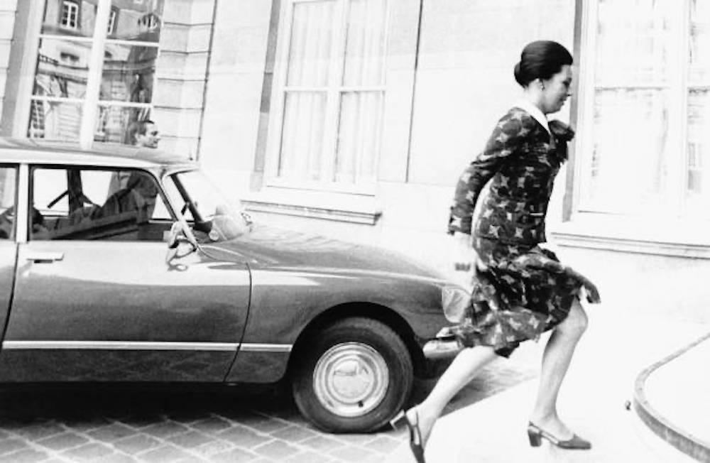 Marie-France Garaud monte les escaliers de Matignon lors de la démission de Jacques Chirac, qui était alors Premier ministre.