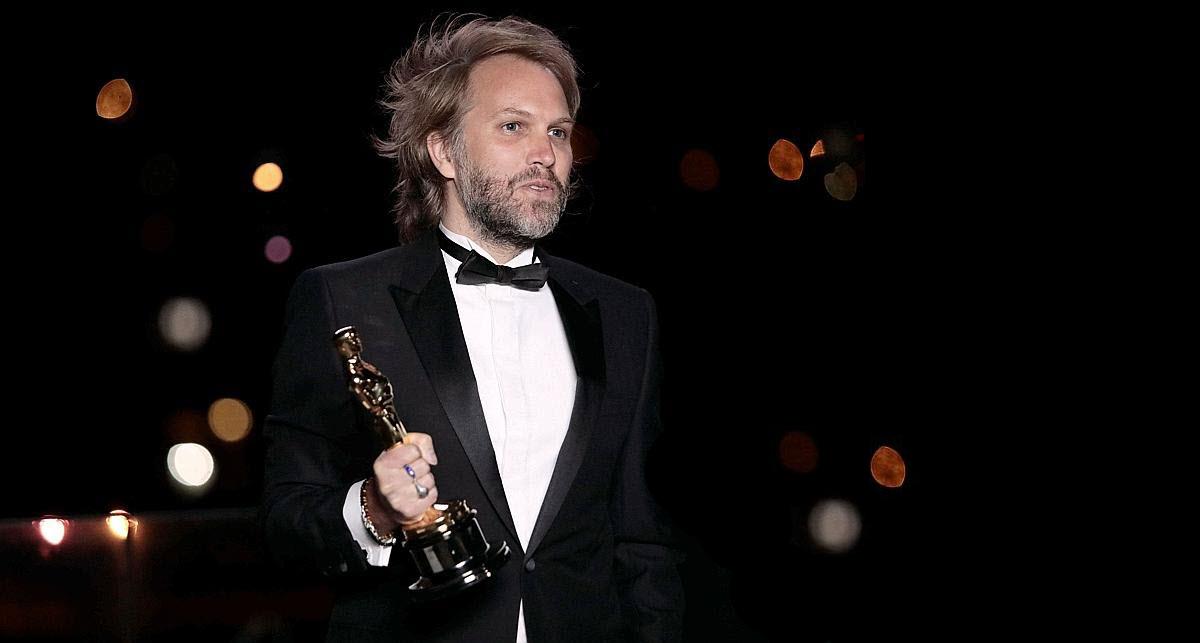 Florian Zeller tient en main son Oscar du Meilleur scénario.