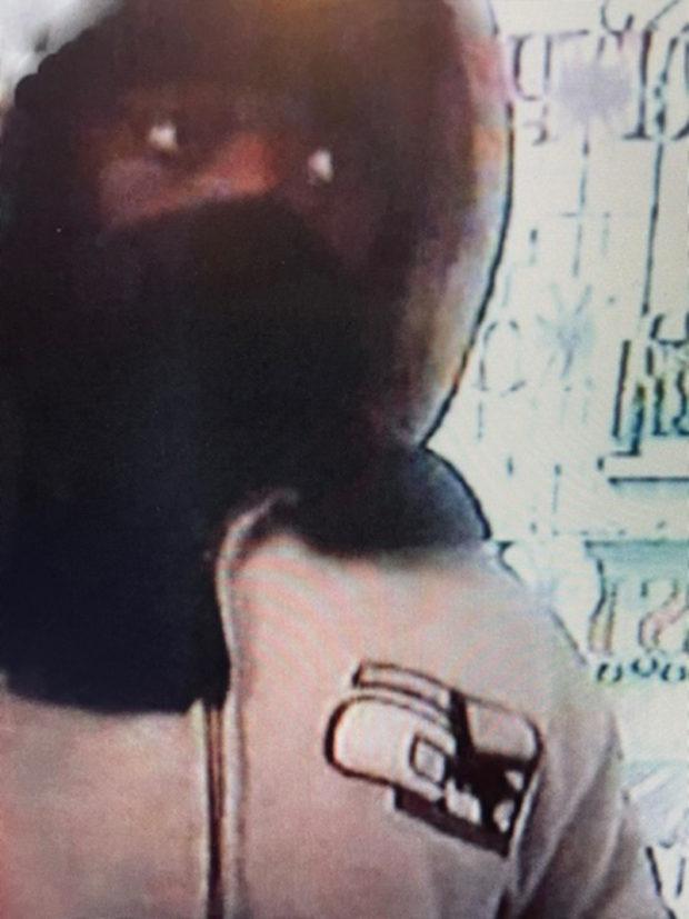 Photo du « cerveau du Gang » captée par une caméra de vidéo surveillance. On peut voir sur sa veste le logo de la marque « Adedi ».
