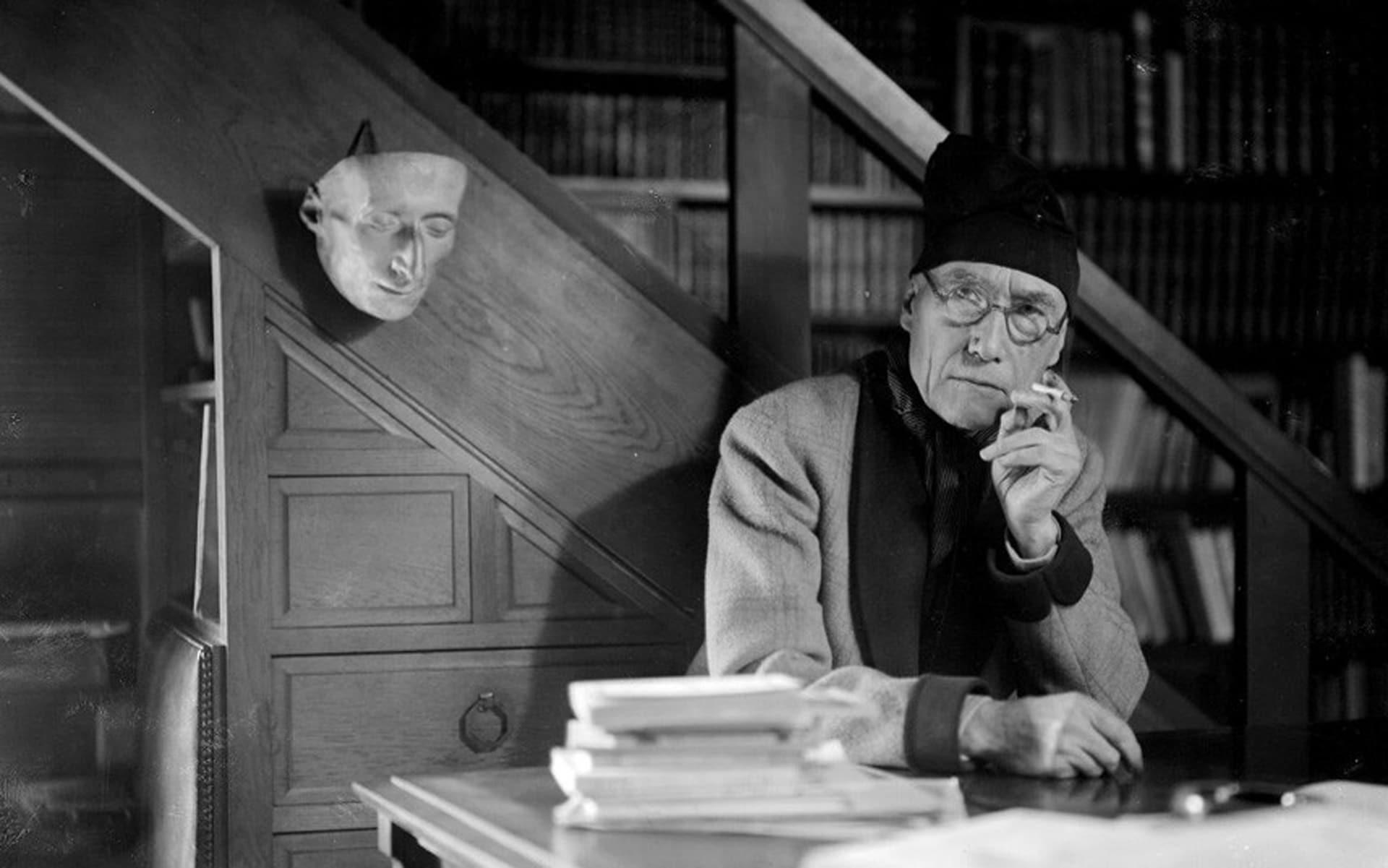 Portrait d'André Gide dans son domicile.