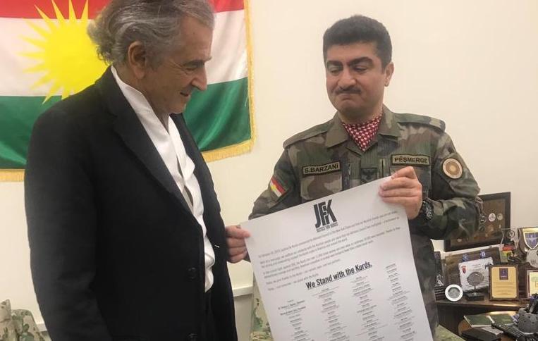 Près d'Erbil, le commandant Sirwan Barzani découvre la liste des soutiens du comité Justice for Kurds, la ONG co-fondée par Bernard-Henri Lévy.