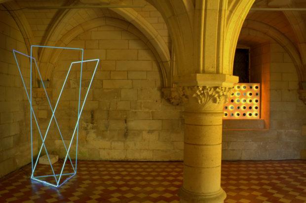 La crypte du Donjon de Vez avec le Néon dans l'espace de François Morellet et le ST de Gregorio Vardanega, exposition 2018, Galerie T&L.