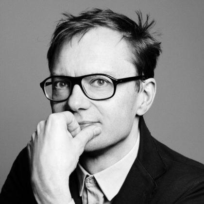 Portrait en noir et blanc de l'artiste Mathieu Mercier