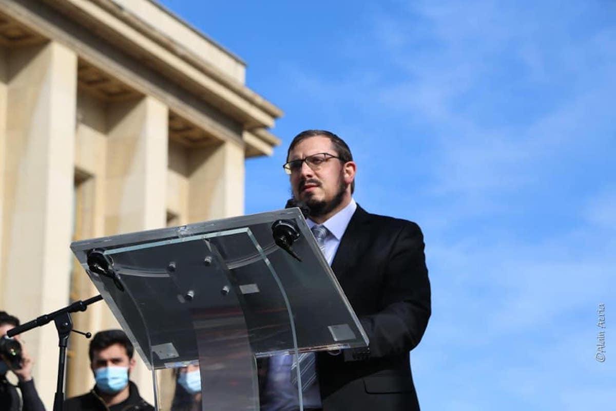 Portrait du fils de Sarah Halimi lors du rassemblement réclamant justice pour sa mère.