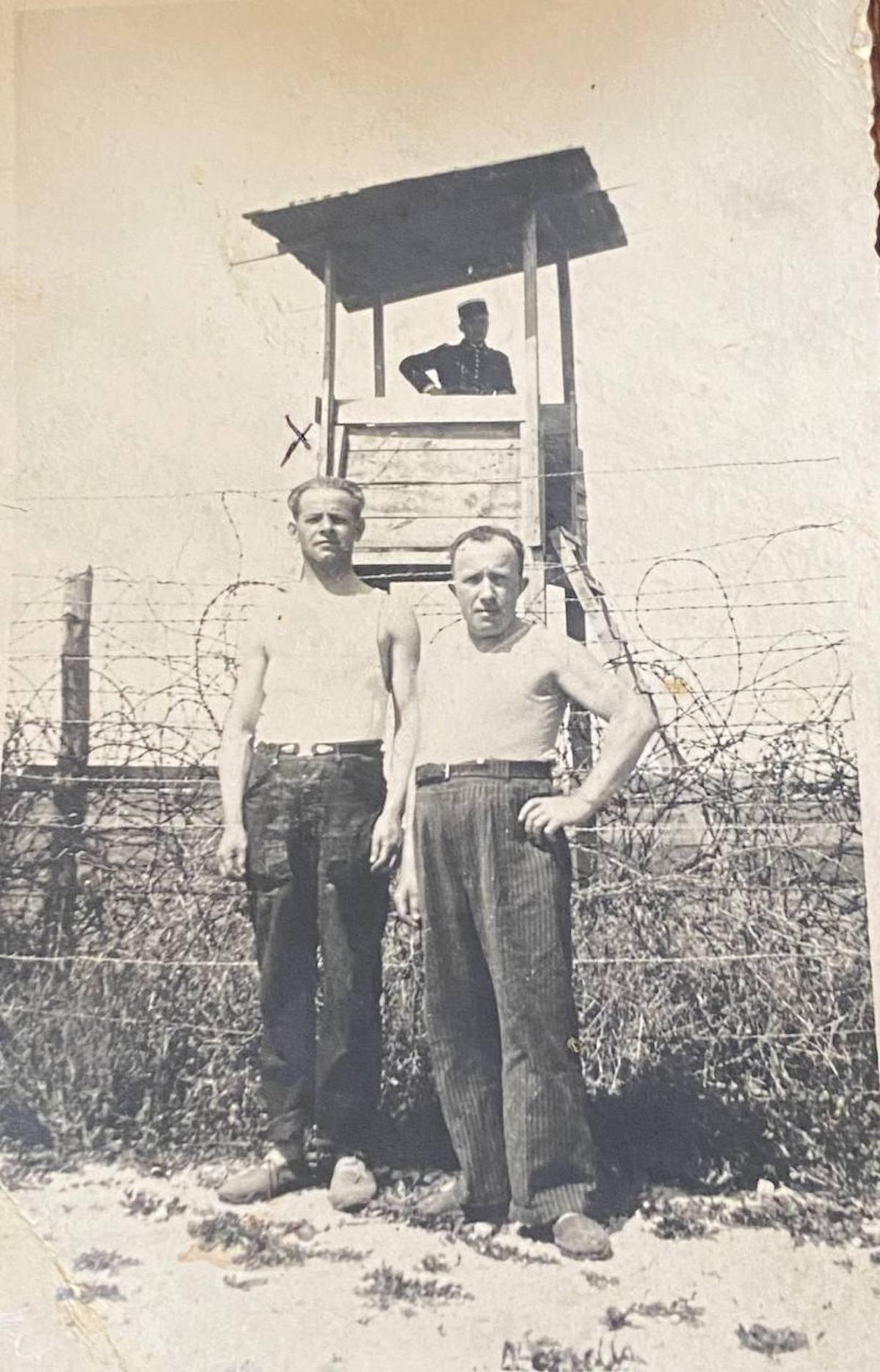 Majloch Lancner, à côté d'un camarade d'internement, sont surveillés par un gendarme depuis un mirador.