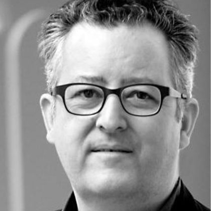 Portrait noir et blanc du galeriste et commissaire d'exposition Stéphane Corréard