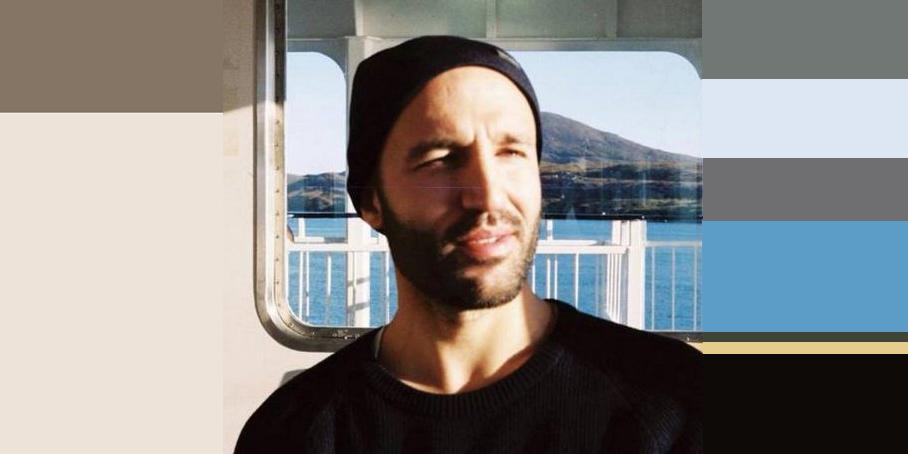 Visuel en couleur d'après une photo de David Doucet souriant