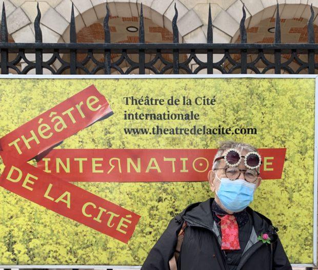 Fernando Arrabal devant le Théâtre de la Cité internationale, à Paris.