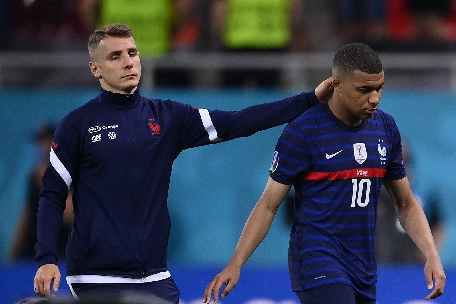 Kylian Mbappé est consolé par Lucas Digne après son tir-au-but manqué lors du match France-Suisse du 28 juin 2021.