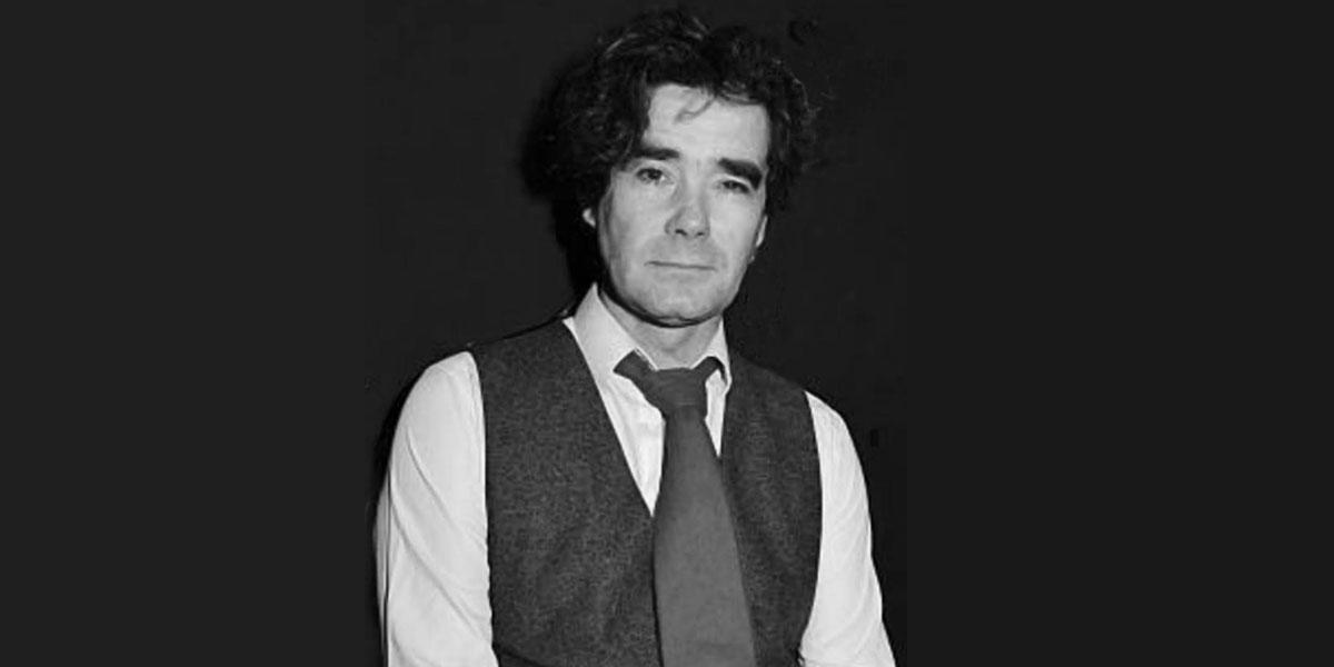 Portrait noir et blanc de Olivier Urman en plan américain