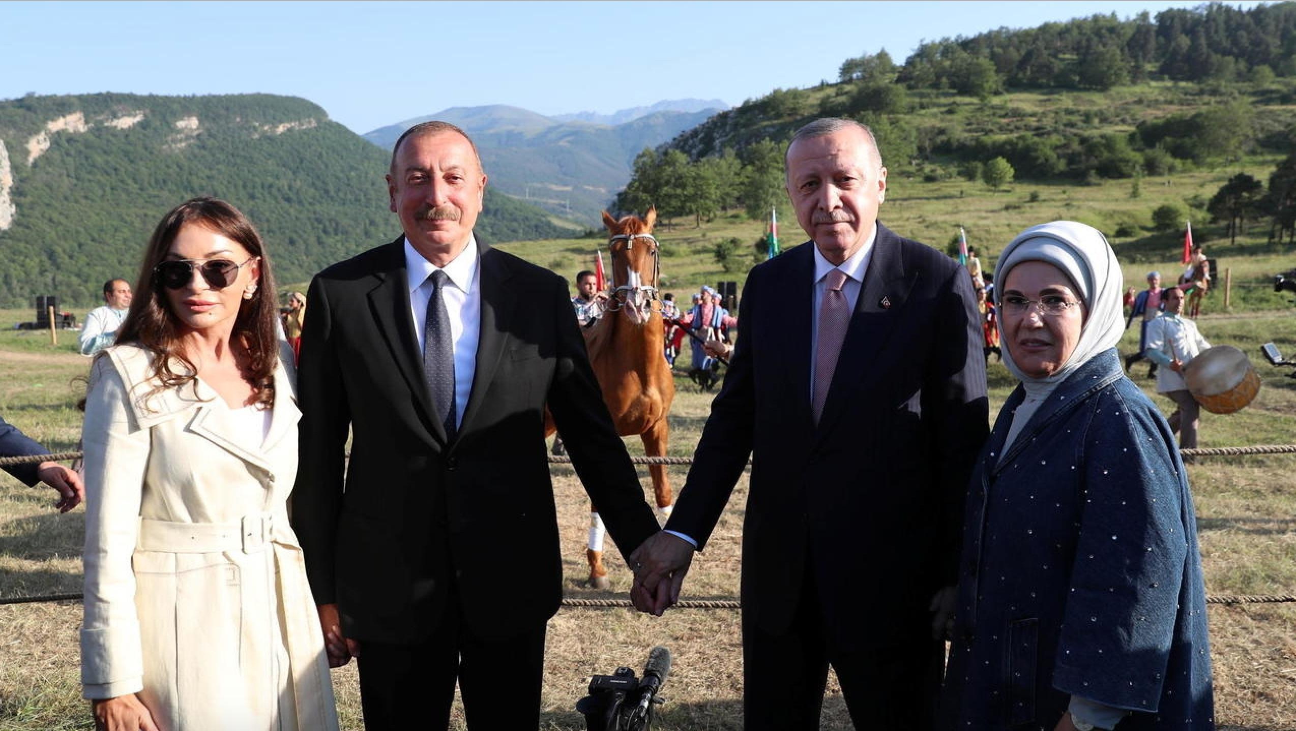 Tayyip Erdogan, le président turc (à droite), et Ilham Aliev, le président azerbaijanais, accompagnés de leurs épouses, à Chouchi, dans le Haut-Karabakh, le 15 juin 2021.