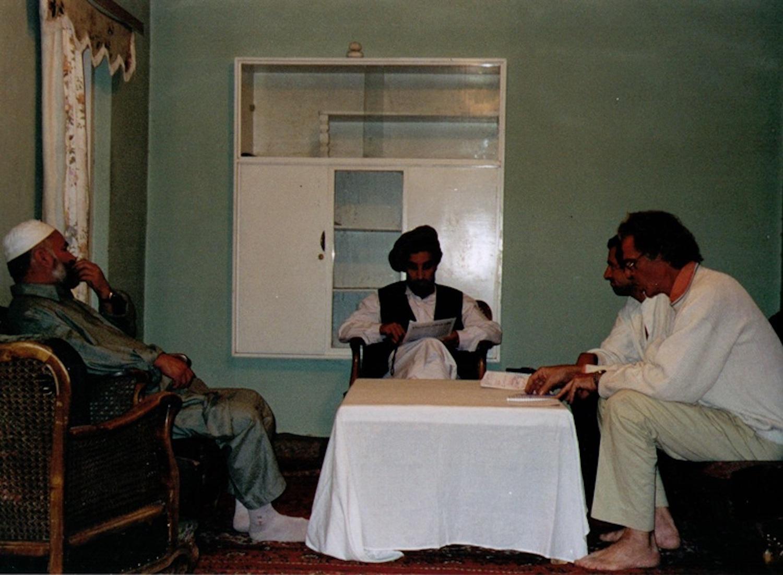 Le commandant Massoud (au centre) Bernard-Henri Lévy (au fond à droite), Gilles Hertzog (à droite) en 1998, au Panchir. Photo : DR